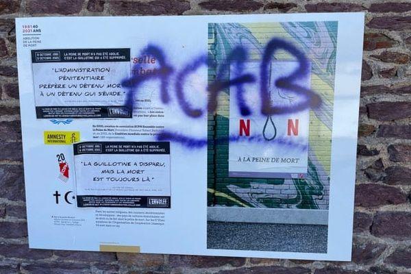 Des panneaux de l'exposition sur la peine de mort ont été tagués à Rennes