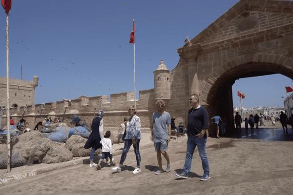 Natasha et Stéphane font découvrir les célèbres murailles qui entourent le port et la médina d'Essaouira au Maroc.
