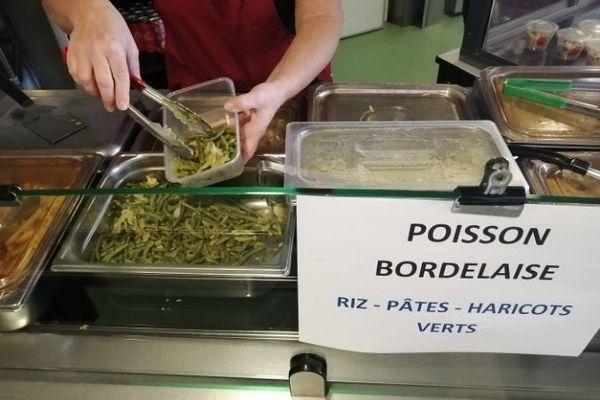 Au restaurant universitaire d'Alençon ce midi, Charlène proposait, entre autres, du poisson à la Bordelaise aux étudiants