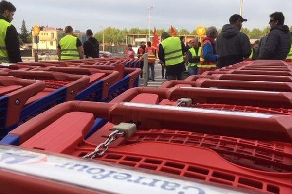 Les salariés sont mobilisés contre les suppressions de poste de l'enseigne en France.
