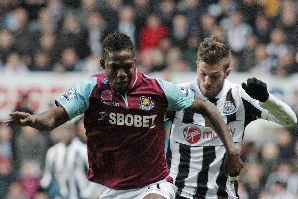 L'attaquant du club anglais de West Ham Modibo Maïga ( à gauche) est le grand favori pour remplacer Yoan Gouffran à Bordeaux