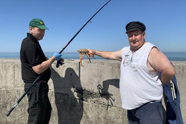 """Frédéric et Jean-Yves, deux pêcheurs qui jugent les restrictions d'accès à la jetée """"ridicules""""."""