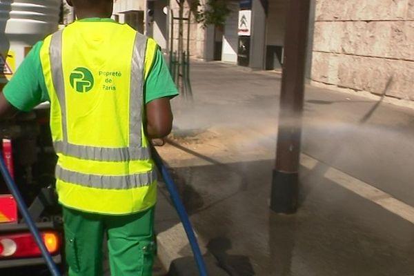 En période de canicule, certains trottoirs sont arrosés très régulièrement pour faire baisser la température.