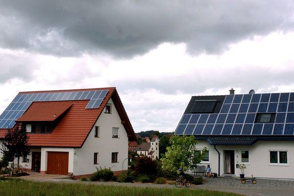 La plateforme Solaire 63 permet de comprendre l'intérêt à l'installation de panneaux solaires sur le toit des maisons dans le département.