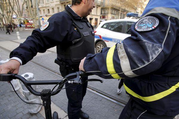 La circulation sur les voies de tramway est interdite, même si elle peut être tolérée dans certaines villes / Photo d'illustration