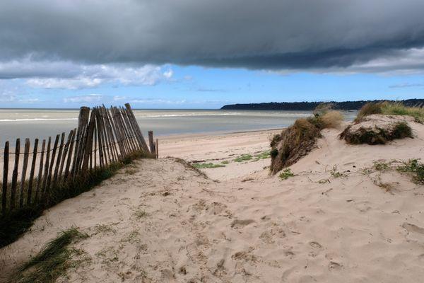 Plage de Dragey-Ronthon à marée basse sous un ciel nuageux en août 2020.