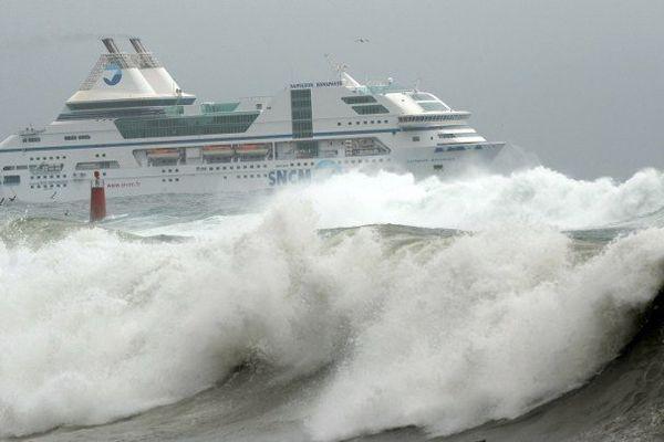 ILLUSTRATION - Fortes vagues dans le golfe d'Ajaccio.