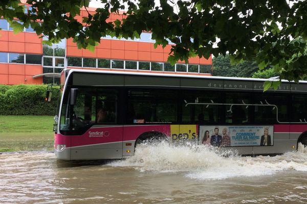 Les bus peuvent encore circuler dans les routes inondées de la petite commune, le 12 juin 2018.