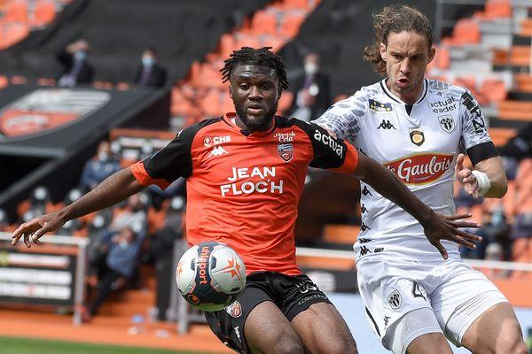 Le Lorientais, Terem Moffi et le Croate d'Angers Mateo Pavlovic ce dimanche pendant la rencontre entre le FC Lorient et le SCO au Moustoir.