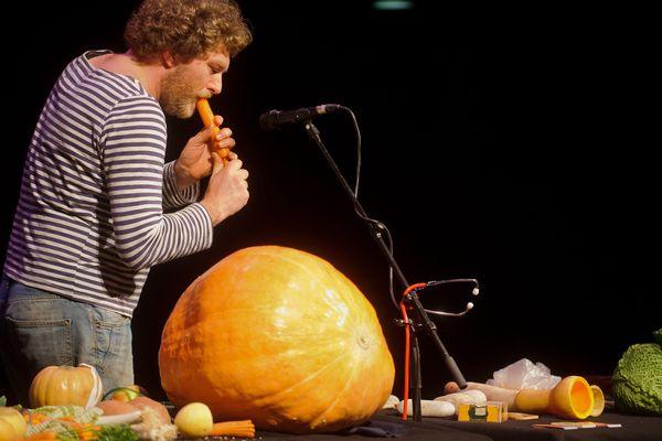 L'artiste belge Eric Van Osselaer réalise ses concerts à partir de légumes et de fruits frais depuis une quinzaine d'années.