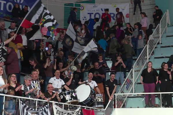 La liesse des supporters poitevins après la victoire du SPVB à Tours.