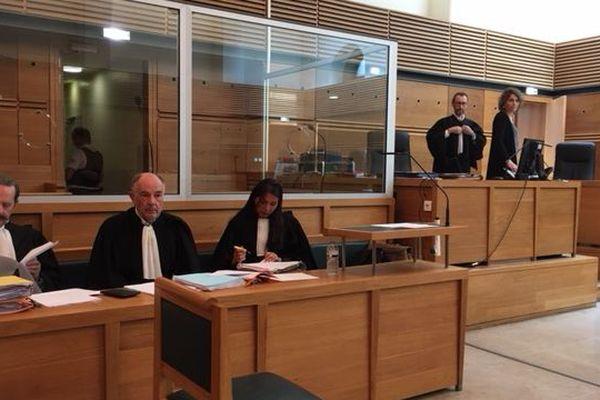 Maître Alain Lhote, au centre, défend un accusé qui conteste sa participation à la fusillade.