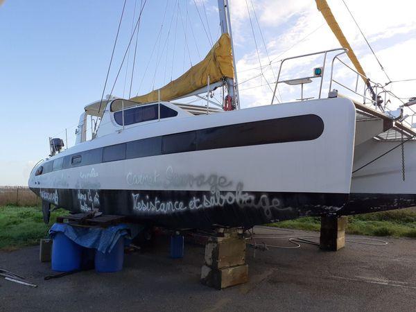 des tags ont été inscrits sur plusieurs bateaux stationnés dans l'enceinte du port à sec de Frossay, près de la ZAD du Carnet