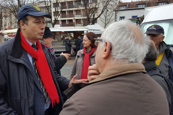 Sur le marché de Chamalières ce samedi matin, les discussions autour de François Fillon font débat