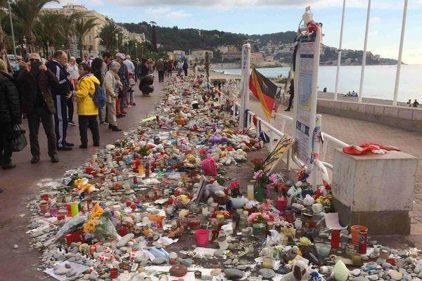 Galets, fleurs et bougies déposés sur la promenade des Anglais juste après l'attentat.