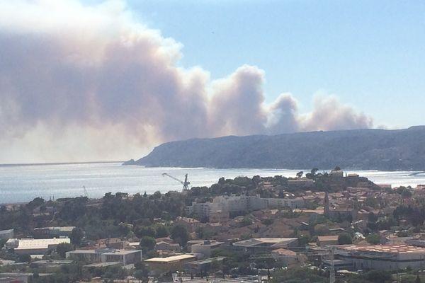 L'incendie de la Côte Bleu vu de Grand Littoral à Marseille.