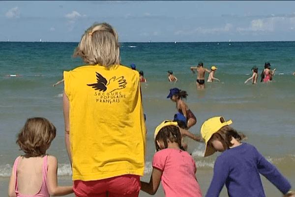 """Les enfants profitent du soleil et de la mer qu'ils n'ont parfois jamais vu avant de profiter de l'opération """"les oubliés des vacances"""""""