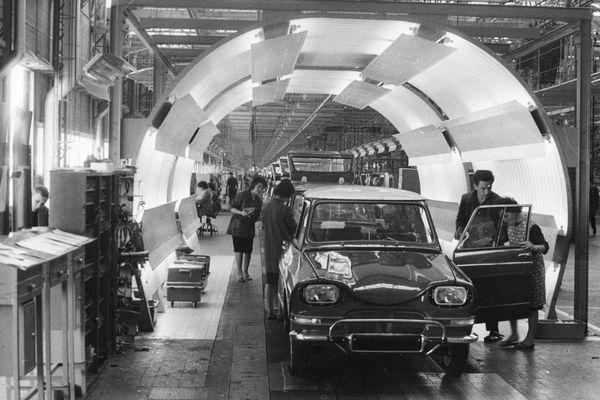 La chaîne de production de l'Ami 6, dans les années 60, à l'usine Citroën de La Janais, près de Rennes