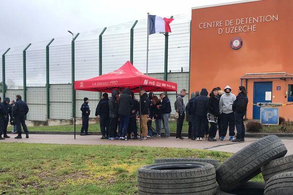 Près d'une trentaine de surveillants pénitentiaires manifestent devant la prison d'Uzerche depuis 6 heures ce matin.