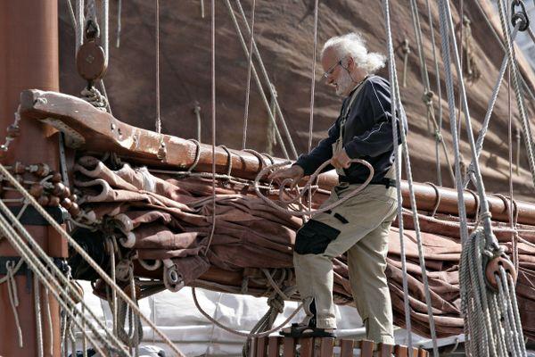 les voiles safranées des Vieux Gréements lors des Fêtes Maritimes de Brest.