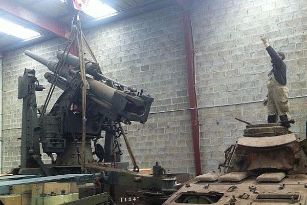 Le canon déménagé des réserves du Mémorial de Caen