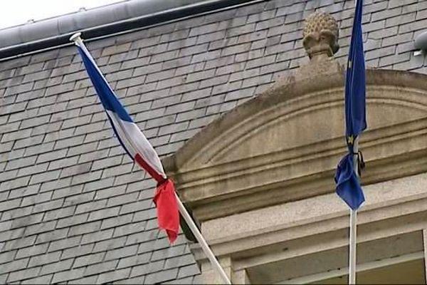 Suite aux attaques de Paris, les drapeaux seront être mis en berne sur les bâtiments et édifices publics du samedi 14 et jusqu'au mardi 17 novembre 2015 inclus.