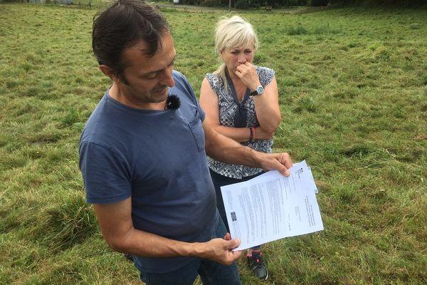Le 27 septembre prochain, Didier Goursat, ici photographié avec sa femme Corinne, devra conduire toutes ses vaches à l'abattoir, après que certaines ont été détectées positives à la tuberculose bovine.