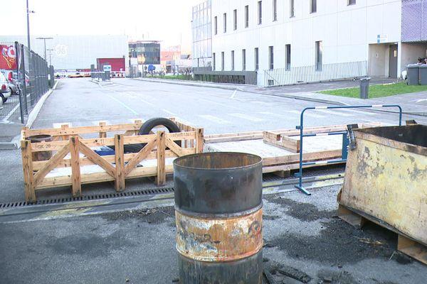 Grève chez Grid Solutions (filiale General Electric), sur le site de Villeurbanne depuis le 23 novembre. Des salariés ont entamé une grève de la faim le 15 décembre 2020. Ce jeudi 17 décembre, le piquet de grève était encore présence au petit matin.