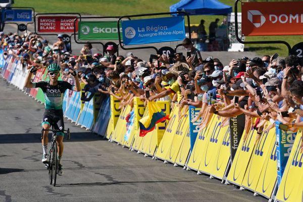 Lennard Kamna (Bora) sur la ligne d'arrivée de la 4e étape du Critérium du Dauphiné, à Megève.