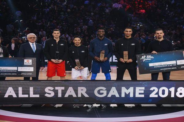 Bastien Pinault et Justin Robinson, 3ème et 4ème en partant de la gauche, parmi les vainqueurs du All Star Game 2018