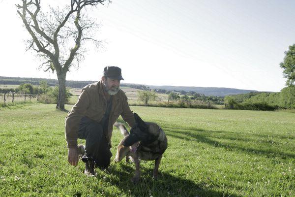 Dans la série le Voyageur, Eric Cantona est un flic qui a choisi de tout quitter et de vivre avec son chien dans un van pour résoudre des enquêtes non élucidées.