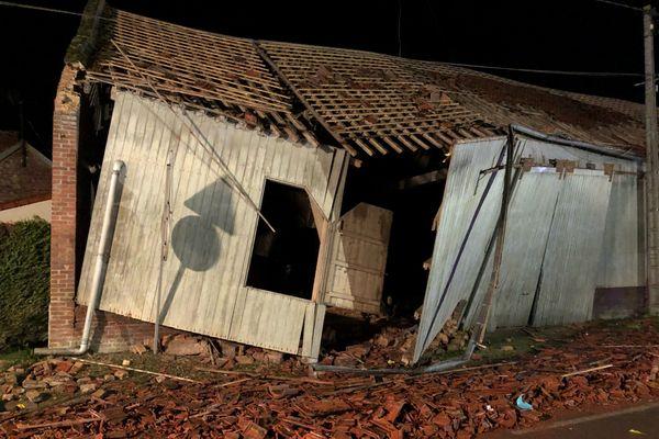 Le toit et les murs de ce bâtiment agricole ont été détruit après le passage d'une tornade à Hangest-en-Santerre dans la Somme mercredi 29 octobre 2020