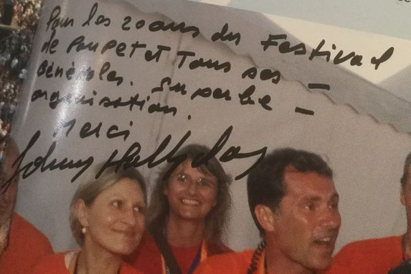 La dédicace de Johnny à Philippe Maindron, président du festival du Poupet, en Vendée. Le chanteur y était passé en 2006, à l'occasion des 20 ans du festival.