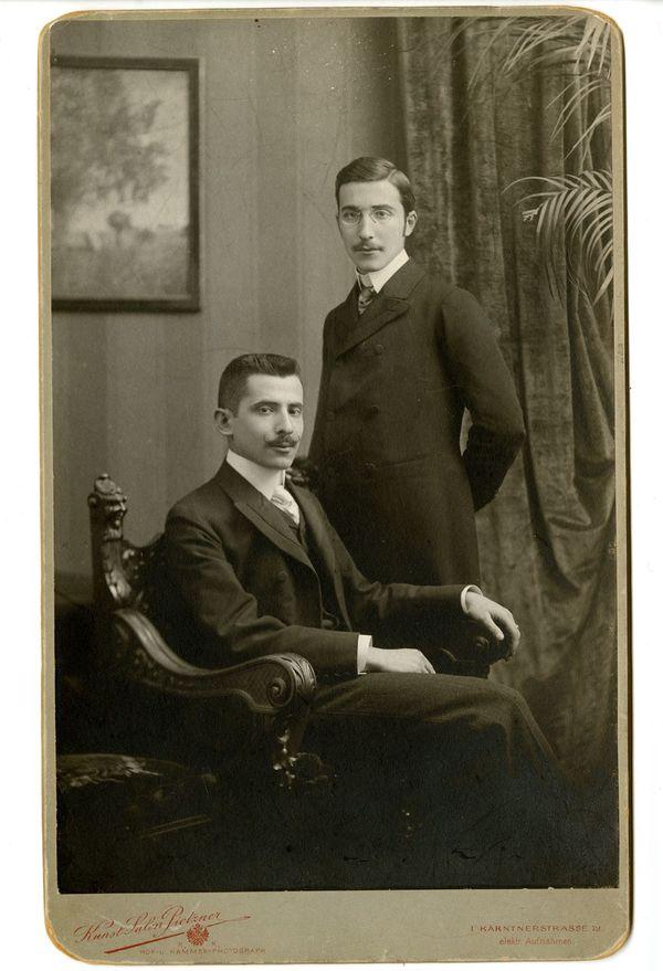 Stefan Zweig, debout, posant avec son frère, Alfred, à Vienne, aux environs de l'année 1900