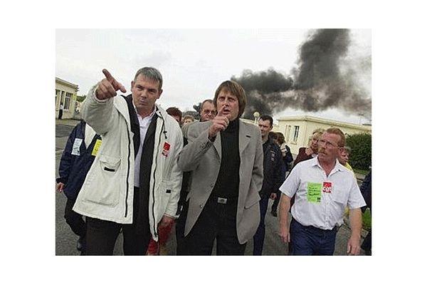 Thierry Le Paon avec Bernard Thibault chez Moulinex dans le Calvados en 2001