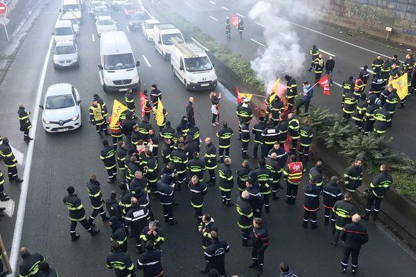 Les pompiers ont décidé de bloquer le périphérique de Lille ce lundi.