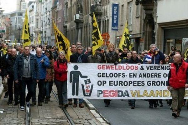 """300 personnes ont manifesté samedi à Anvers contre les """"abus"""" du droit d'asile."""