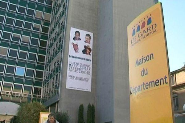 Nîmes - la banderole pour les 4 Français otages au Mali sur la Maison du Département du Gard - 16 janvier 2013.