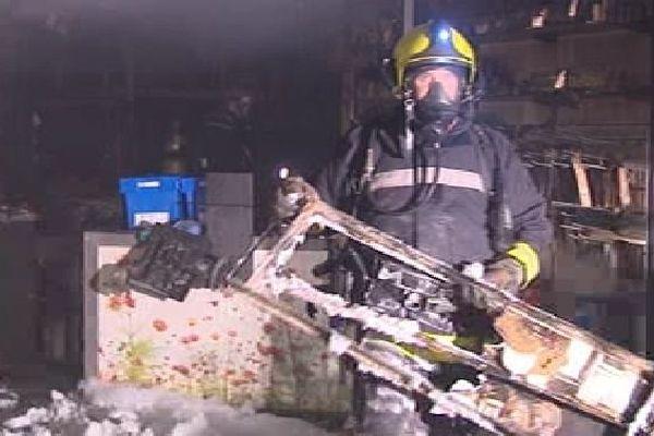 Pompier intervenant à Isle après l'incendie d'une pharmacie, 15-10-2013
