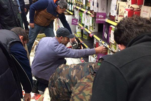"""Le 30 mars, les Jeunes Agriculteurs et le syndicat des vignerons gardois, récemment crée, avaient mené une opération """"de contrôle"""" plus musclée dans trois supermarchés nîmois, détruisant bouteilles et fontaines à vin d'origine espagnole."""