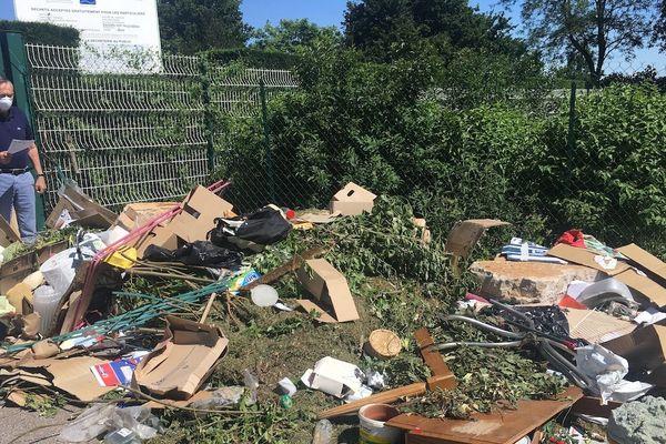 Ce dimanche 31 mai, Alain Cartron, maire de Nuits-Saint-Georges en Côte-d'Or, est venu constater des déversements sauvages aux portes de la déchetterie.