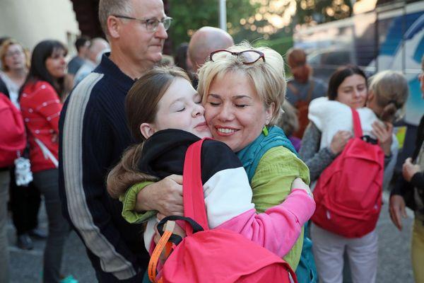 Une scène de retrouvaille en 2019 entre une jeune fille et sa famille d'accueil.