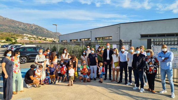 Elèves, parents, enseignante, élus et membres d'A Scola Corsa devant l'école Simone Peretti, à Biguglia.