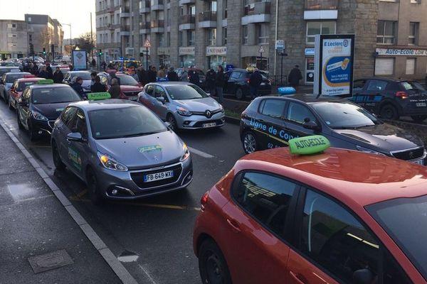 Une soixantaine de voitures d'auto-écoles ont manifesté dans le centre-ville de Saint-Brieuc