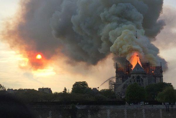 Le nuage de fumée transporte aussi des particules de plomb qui fondent durant l'incendie.