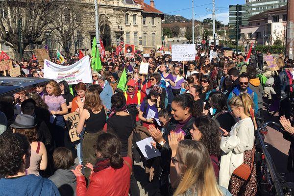 Plus d'un millier de manifestants ont marché à Grenoble pour les droits des femmes.