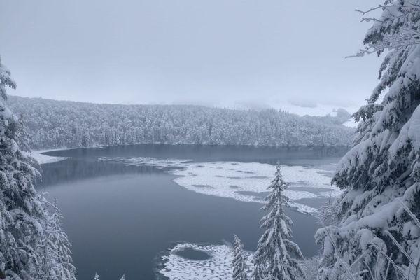 Le lac Pavin, plus célèbre lac volcanique du Puy-de-Dôme, pris par le gel.