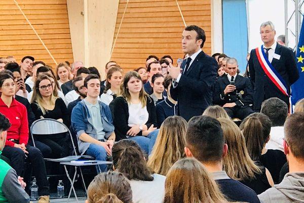Emmanuel Macron débat avec des jeunes à Etang-sur-Arroux, en Saône-et-Loire, jeudi 7 février 2019
