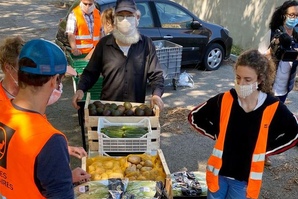 En une semaine 850 étudiants toulousains confinés dans des résidences du CROUS ont reçu des produits secs et frais sous forme de colis alimentaire de la banque alimentaire.