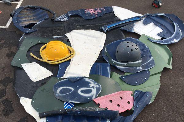 Le street artiste a réalisé une tête d'ourson avec les matériaux recyclés.